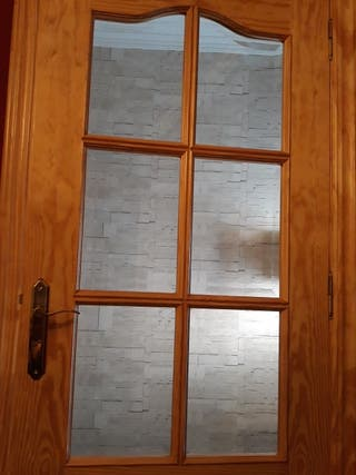 Dos puertas de pino con cristales viselados