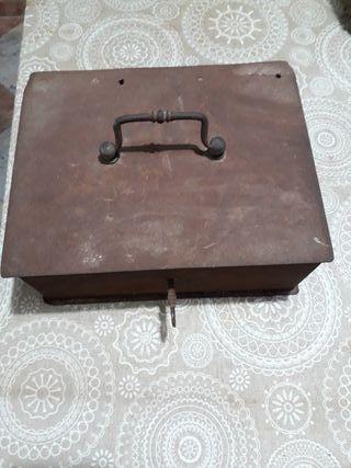 caja fuerte muy antigua con llave