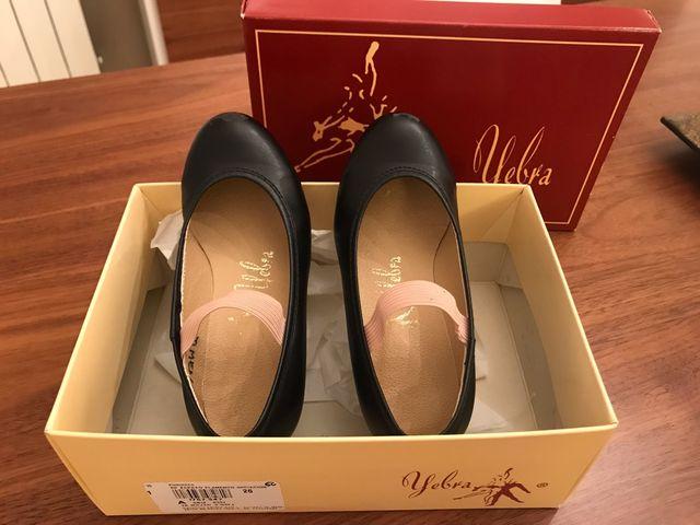 45c1c03c799 Zapatos de flamenca niña Talla 26 y 28 de segunda mano por 5 € en ...