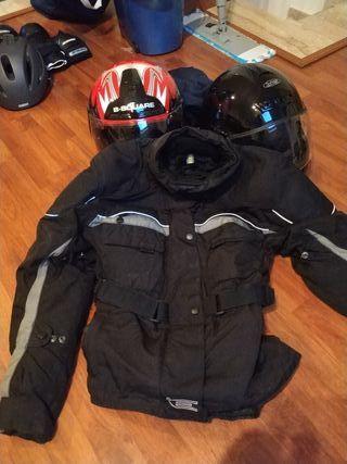 2cascos y chaqueta tecnica de moto.