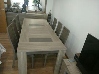 Mesa y sillas de comedor impecables