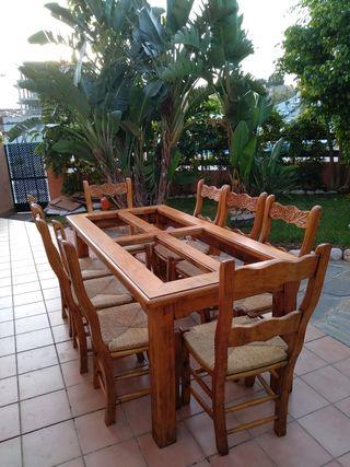 Mesa de salón con sillas de enea