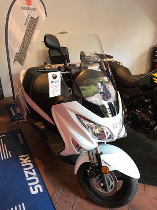 Suzuki Burgman 125 ABS a entrenar+casco