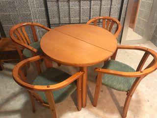 Mesa y quatro sillas