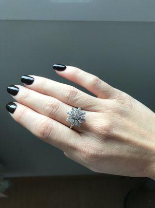 Anillo oro blanco con flor de diamantes