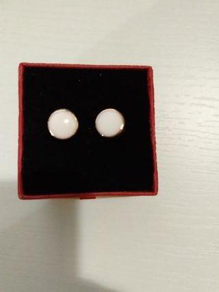 Pendientes forma botón blanco y oro Rosa