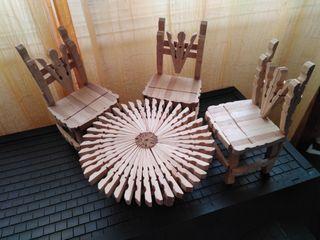 Mesa y sillas de juguete artesanales