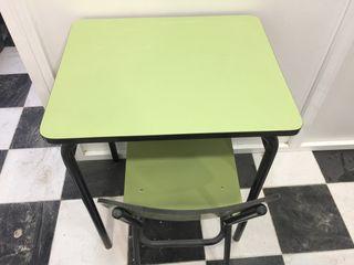 Sillas y pupitres, mesas de colegio y pizarra