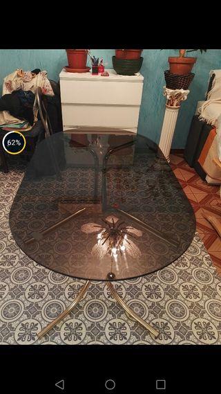 mesa dorada con cristal oscuro