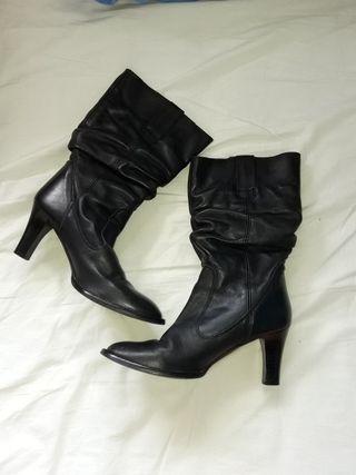 Botas negras de piel