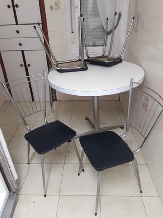 mesa y 4 sillas antiguas