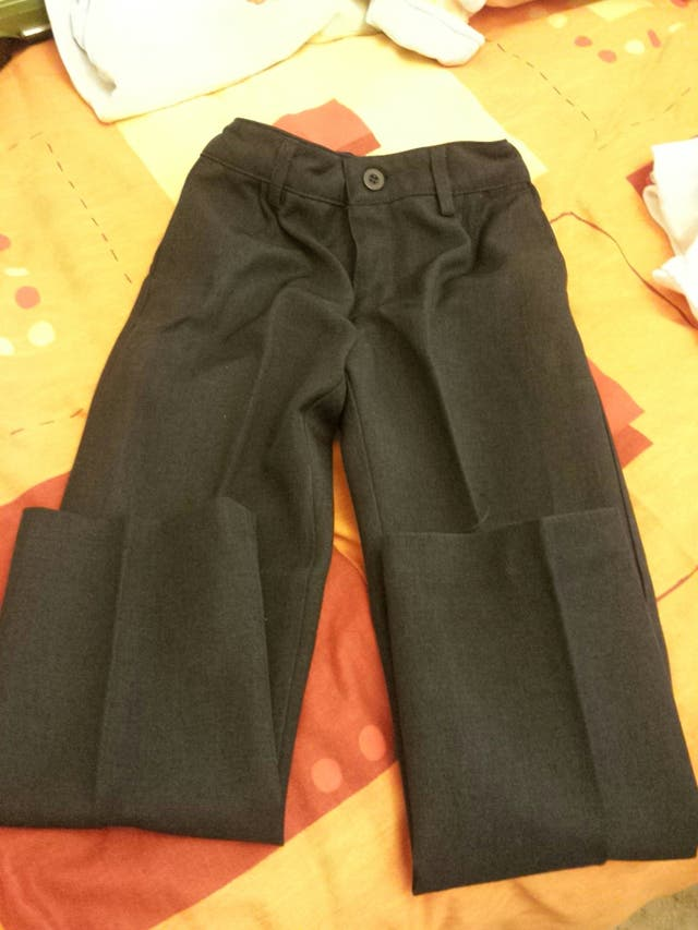30c1e5b874c59 Pantalón niño uniforme gris oscuro de segunda mano por 2 € en ...
