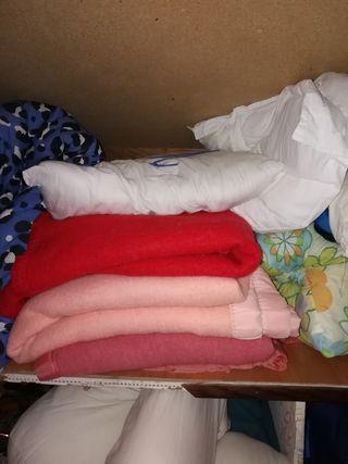 mantas y almohadas