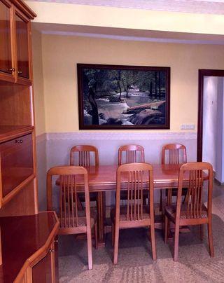 Mesa extensible de marquetería con 6 sillas