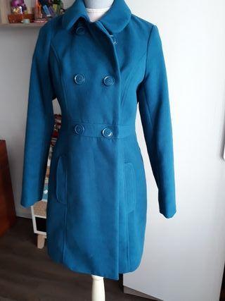 abrigo azul.