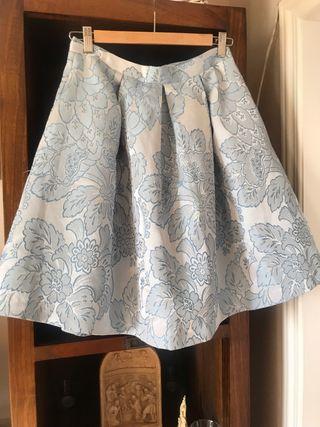 Falda celeste con brocado de flores