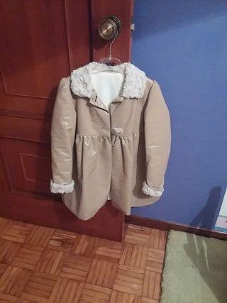 Cuento de la joven del abrigo largo
