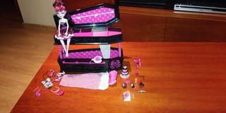 Muñeca Monster High, cama, mueble y complementos.