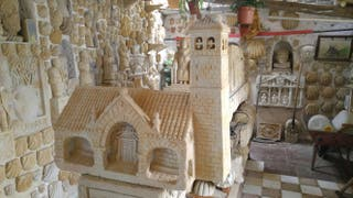 Iglesia campanario escultura piedra decoración