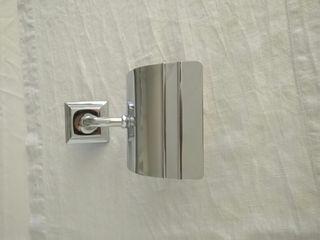 Dispensador papel higiénico cromado plata.