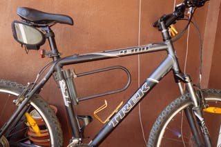 Bicicleta montaña TREK 4300 gris y negra.