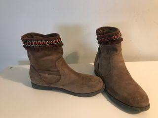 Botas marrones, piel de ante, customizadas.