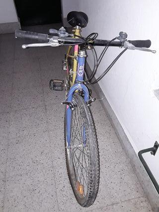 bicicleta BH azul amarilla y rosa como fosforito