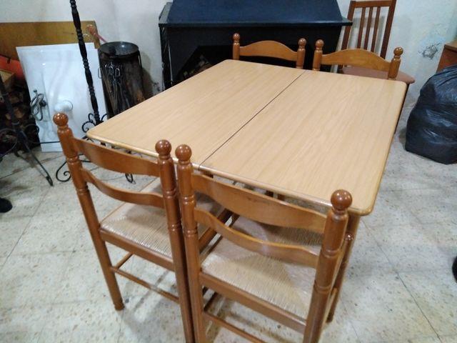 Mesa de cocina plegable y cuatro sillas de segunda mano por 100 € en ...