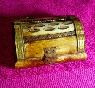 antigua caja de hueso