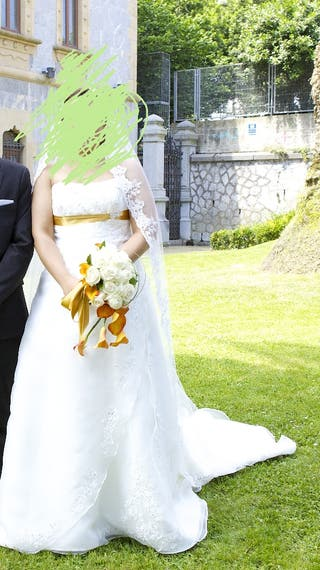 Vestido de novia con lazo dorado