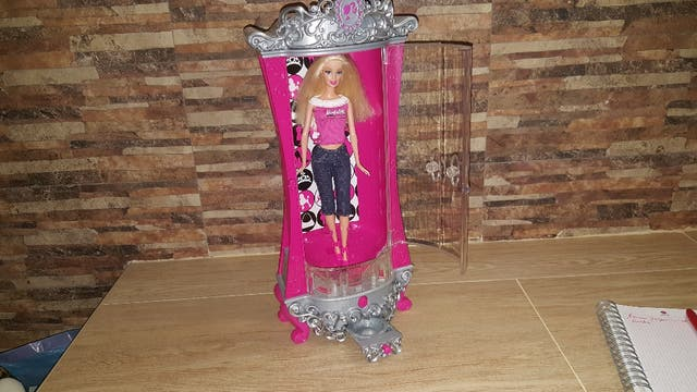Armario purpurina con Barbie