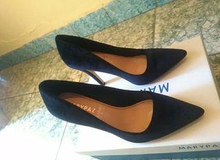 zapato de aguja de salon negro de terciopelo