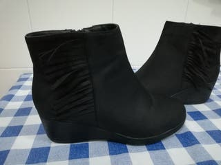 Botas negras y botas de flecos media caña.