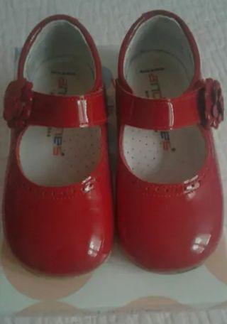 zapatos rojos de charol de bebé/niña