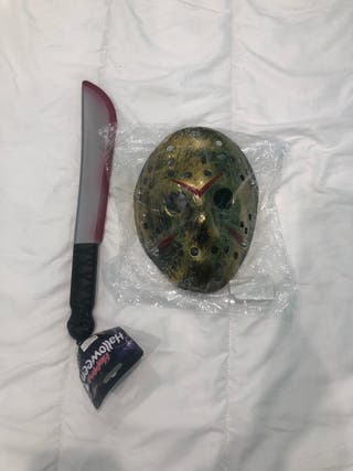 Máscara Jasón y machete ensangrentando.