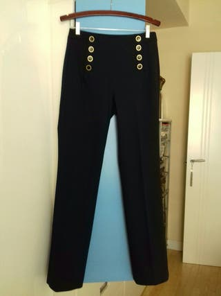 Pantalón azul marino con botones, de Zara de segunda mano