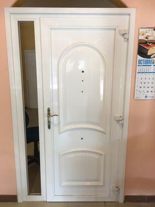 Puerta entrada de seguridad de color blanca