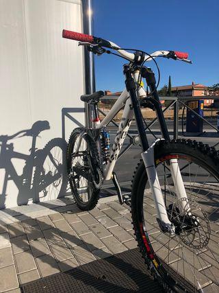 Bicicleta de dh (descenso)