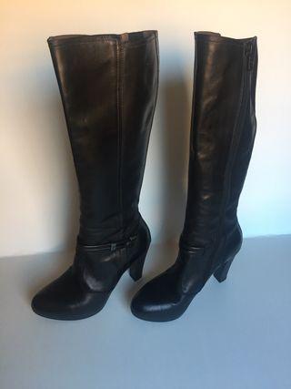 Botas de piel negra, nuevas