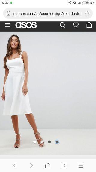 vestido de graduación con escote cuadrado. blanco