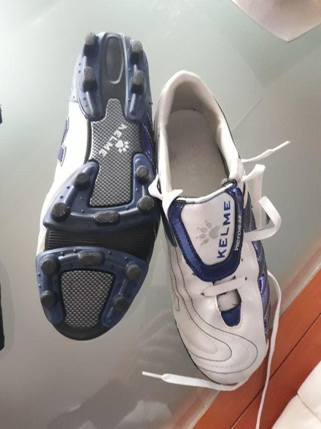 botas de fútbol y espinilleras