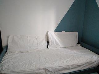 nueva colcha cama blanca con almohada