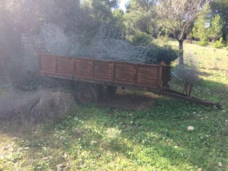 Viejo remolque tractor y andamio