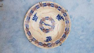 Plato tricolor . Ceramica antigua.