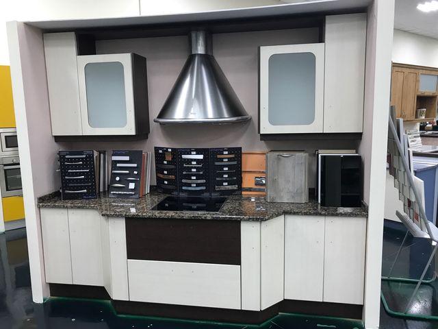 Muebles de cocina (exposicion) de segunda mano por 800 € en ...