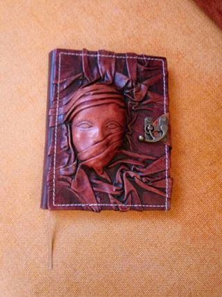 Libro diario con tapas en piel