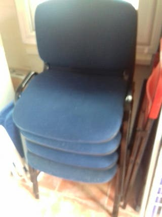 cuatro sillas tapizadas en azul