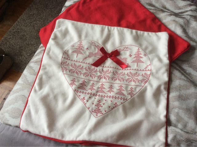 Cojines De Patchwork De Navidad.2 Cojines De Navidad Por Detras Son Rojos De Segunda Mano