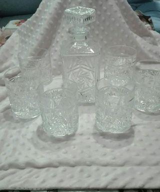 juego de botella con sus vasos tallada a mano.