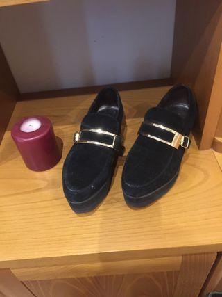 Zapatos de ante con hebilla dorada